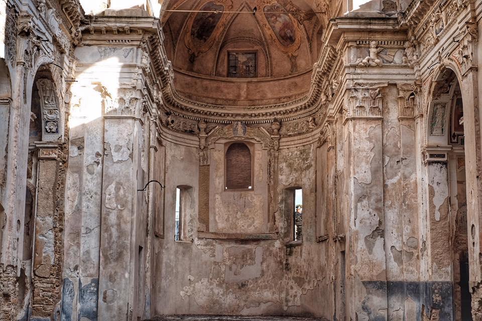 Interno della chiesa di Bussana Vecchia colpita dal terremoto